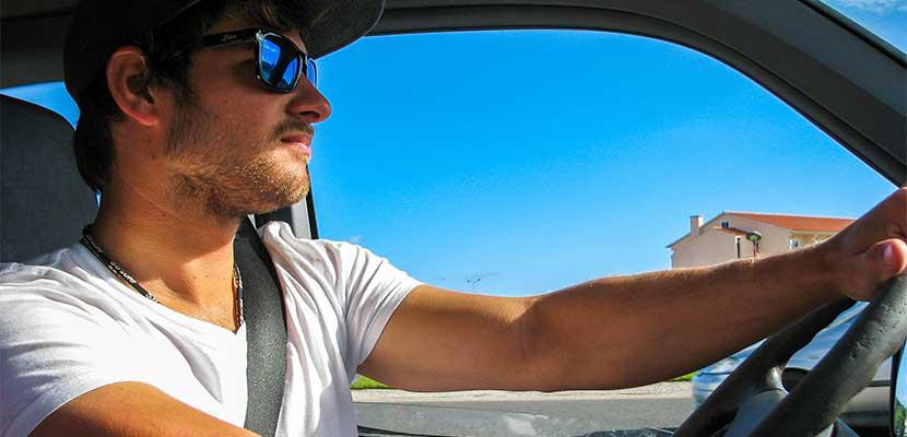 戴墨鏡可避免開車時眩光干擾